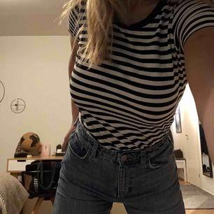 Randig tisha från Gina tricot i storlek xs, säljer pga använder inte längre!:) tröjan är i jättebra skick<3 Kan mötas i gbg annars står köparen för frakt:)