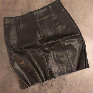 Fake skinn kjol från hm i storlek 34. Mjuk att ha på sig, en rak och clean modell