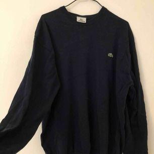 Lacoste tröja, marinblå och stickad. Möts i Stockholm eller så betalar köparen för frakten