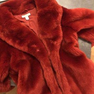 En fluffig och varm faux fur jacka från hm.