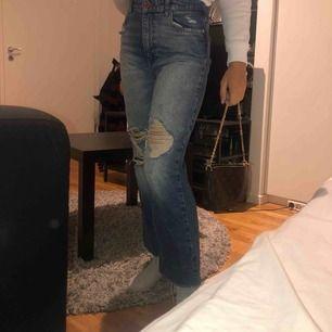 Säljer mina så snygga jeans ifrån Zara, som tyvärr inte kommer till användning. Så bekväma verkligen! Passar bra på mig som är 165cm lång 🥰