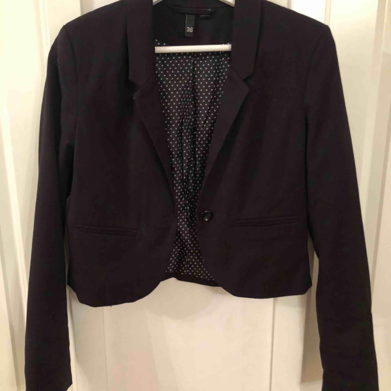 Kort kavaj från hm, aldrig använd Frakten står köparen för . Kostymer.