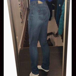 Blåa jeans med låg midja från Replay. Köpta för 1295 kr säljer för 500kr, pris kan diskruteras. Säljer p.g.a. att jag inte använder.  Stolek: Waist 29 Length 34  Jag är 173 cm och byxorna passar bra. Passar även på mindre då dem är tajta.