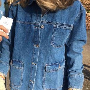 Jättefin jeans jacka, lite skrynklig på de två sista bilderna för att den är nytvättad! Köparen står för frakten