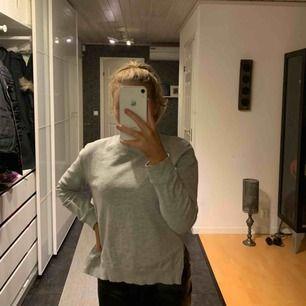 En grå bekväm och snygg tröja! Säljer pga flytt! Använd 2 gånger! Frakt ingår ej i priset!