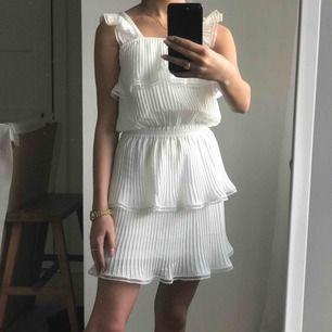 Jättefin klänning från little remix som passar perfekt till skolavslutning eller konfirmation! Köpt för 1700kr frakt ingår