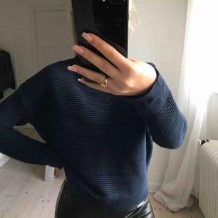 Fint blå tröja från grunt! Köparen står för frakten