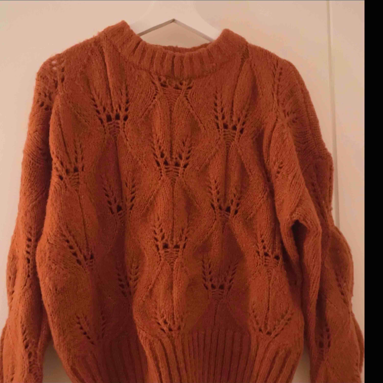 Grovstickad tröja i fin höstig, mörkt orange/roströd färg. Supermjukt material. I perfekt skick, som ny! ▪️ Säljer pga sitter lite för tight på mig som har M! ▪️ (På bilden har jag vikt upp tröjan en aning) se full längd bild 3. Stickat.