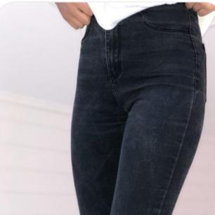 Tajta sköna svarta/gråa jeans med hål, från Zara. Endast swish. köpte dom för 300kr, FRI FRAKT