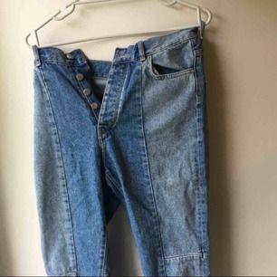 Säljer dessa asballa jeans från bikbok då de är försmå för mig. Skulle säga att storleken är mycket liten och skulle kunna jämföras med en S och kanske skulle passa på en XS oxå.