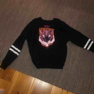 Supercool sweatshirt med snygga slitningar! Frakt tillkommer💕