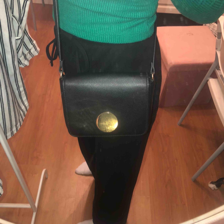 Svart liten väska från hm använd fåtal gånger Frakten står köparen för  Inköpspris:149kr. Väskor.
