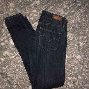 Säljer mina Levi's jeans i storlek 24/31 men jag säljer för att de är för stora i midjan så om man har 25 eller 26 borde de passa. Aldrig använt💖 modellen gör så att man får mycket kurvor och är skinny⚡️⚡️