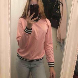 Rosa/svart tröja från Junkyard. Stl S Använd sparsamt - fint skick.  Köper går för intresserad.  Rök & djurfritt hem.  Finns i Olseröd - Kungälv Har Swish