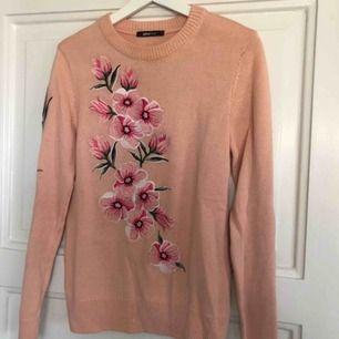 Blommig stickad tröja från Gina. Använd en gång