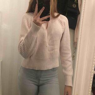 Ljus rosa stickad tröja från Ginatricot.  Stl S Använd sparsamt - fint skick.  Köper går för intresserad.  Rök & djurfritt hem.  Finns i Olseröd - Kungälv Har Swish