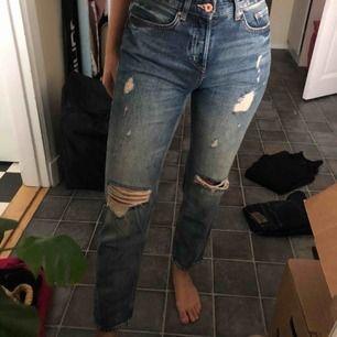 Jeans med slitningar från H&M min-jeansmodell sjukt snygga men för stora för mig.