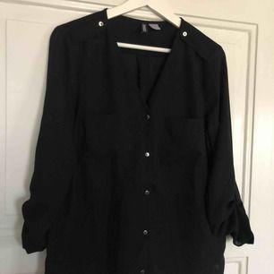 Lite oversize svart blus från H&M