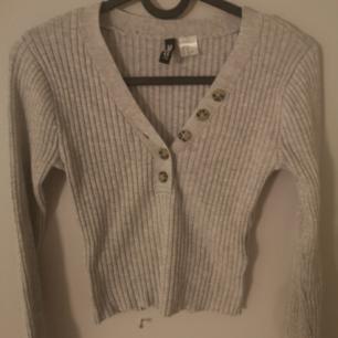 En jätte fin långärmad tröja ifrån cm dl inte kommer till användning därför säljs den, sitter jätte fint på! Köparen står för frakten💕
