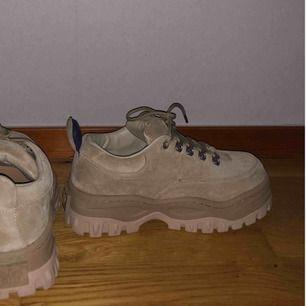 Sprillans nya eytys i 'angel suede', köpta för 2600kr. Använda 1-2 gånger. Frakt ingår och skorna postas i sin originalpåse (se bild 2)🌸 (OBS 50% rabatten gäller ej på dessa skor). Vid snabb affär skulle jag kunna tänka mig att gå ner lite i pris!