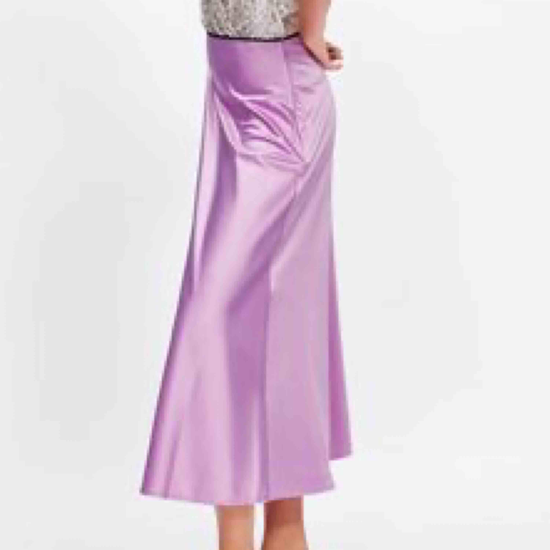 """Säljer min favvo lila """"satin"""" kjol, ifrån Zara, då den ej kommer till användning 😢 Jättefin på vintern med en sweatshirt till, men funkar utmärkt på sommaren också så klart. Frakt tillkommer (63kr - spårbar)🥰. Kjolar."""