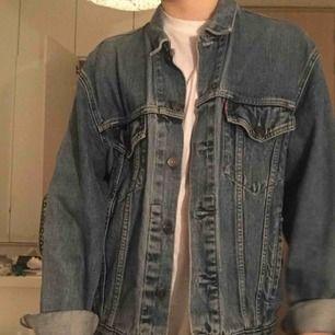 """En sjukt nice jeansjacka från Levi's i storlek L och passar som en oversized på mig! Färgen är väldigt klassisk """"jeansfärg"""" 😍"""