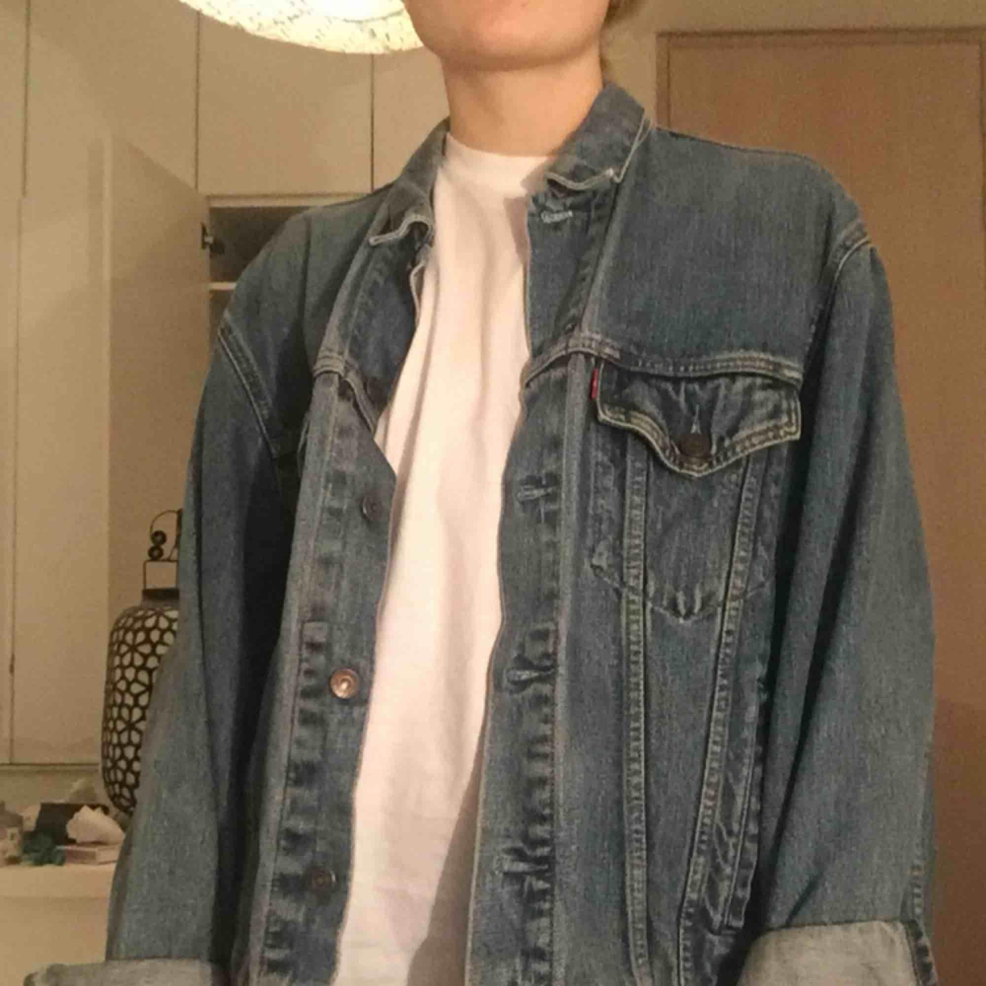 """En sjukt nice jeansjacka från Levi's i storlek L och passar som en oversized på mig! Färgen är väldigt klassisk """"jeansfärg"""" 😍. Jackor."""