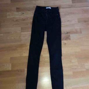 säljer nu mina fina Molly jeans från Gina i storlek s för använder de aldrig längre 🥰 jag fraktar också så ifall du vill köpa och inte bor i närheten betalar du för frakt!! <3