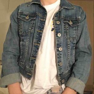 """Fin jeansjacka i typisk """"jeansfärg"""" croppad i midjan😍"""