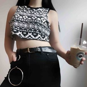 Vit croptop från H&M med coolaste svarta mönstret på! Kanske inte så 'vintrig' pga väldigt tunn men ändå fett skön och behaglig att ha på sig under t.ex en tjock luvtröja! Jag står för frakten 💌
