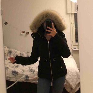Säljer min älskade vinterjacka från Zara, nypris 900kr. Vid snabb affär kan jag gå ner i pris. Nyskick. Passar s & xs. Går att dra åt i midjan. Fraktar & möts upp. Luvan är inte äkta päls men både ser ut som & känns som äkta. SÅ SNYGG
