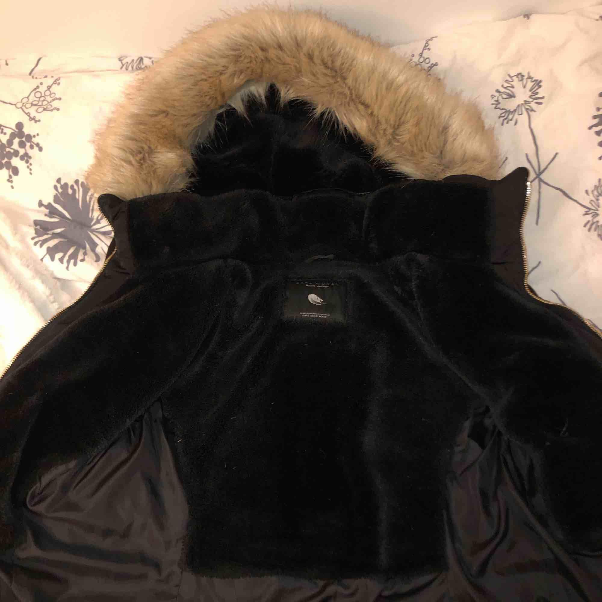 Säljer min älskade vinterjacka från Zara, nypris 900kr. Vid snabb affär kan jag gå ner i pris. Nyskick. Passar s & xs. Går att dra åt i midjan. Fraktar & möts upp. Luvan är inte äkta päls men både ser ut som & känns som äkta. SÅ SNYGG. Jackor.