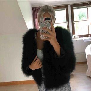 Säljer denna superfina svarta pälsjackan då den inte kommer till användning, aldrig använd så den är i nyskick! Frakt på 70kr tillkommer:)