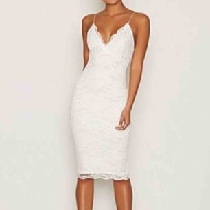 En oanvänd snygg klänning som är i storlek S men passar även XS. Köpt på Nelly i somras, prislappen sitter kvar.