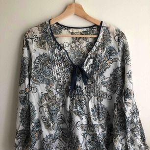 En fin blus som knappt är använd! Den är precis som ny och är i bra skick. Köpt i ODD Molly butik. Storlek: 1 (S) Ursprungspris: 995kr