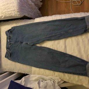 Säljer ett par Levis jeans, står att de är storlek L men passar på mig som har storlek S/M