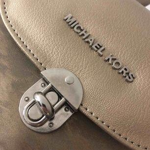Fake Michael Kors väska beige färg, köpt i USA. Aldrig använd, bra skick💗