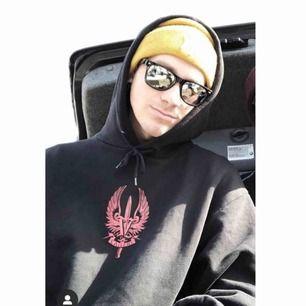 Söker denna hoodie!! Dma mig om ni säljer eller vet någon som säljer till ett rimligt pris💗💗