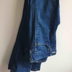 Supersnygga lågmidjade wrangler jeans. Bra skick med retro känsla. Köpare står för frakt. Eller så möts vi på söder 🐼