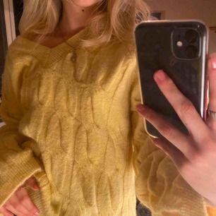 Stickad tröja Jättefint skick, säljer pga använder ej  Köpt för 450kr