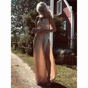 En lång balklänning som jag köpte i maj. Skulle ha den på balen men valde den röda istället! Har i storlek S men passar bra om man har XS❤️