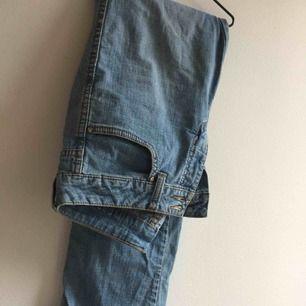 Coola jeans från flash i snygg urtvättad jeans färg. Köpare står för frakt. Annars möts vi på söder💕