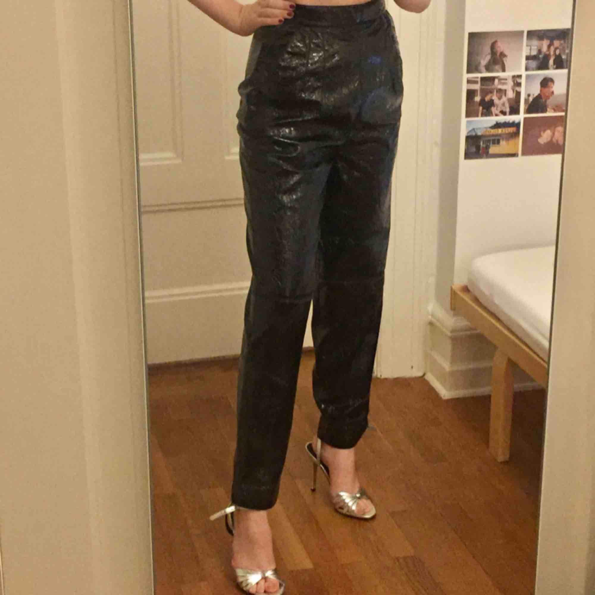 Lackade/ vinyl/ pvc byxor från HM köpte för något år sedan men tyvärr aldrig kommit till användning mer än 1 gång i storlek 34! Frakt på 36kr tillkommer :) . Jeans & Byxor.
