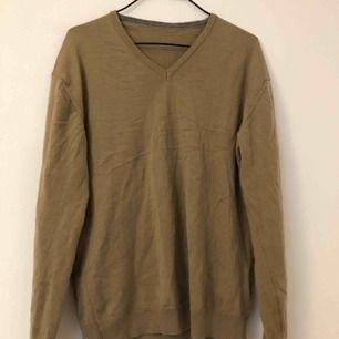 Beige marino ull tröja i nått jag tror är storlek M.  Kan mötas i Stockholm annars får köparen stå för frakten:)