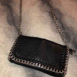 Helt oanvänd väska från scorett, väldigt trendig och populär. Den lilla versionen, säljer pga inte min stil längre
