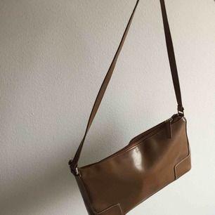 Supersnygg väska i snygg färg som passar till allt. Nyskick. Köpare står för frakt. Annars möts vi på söder💕