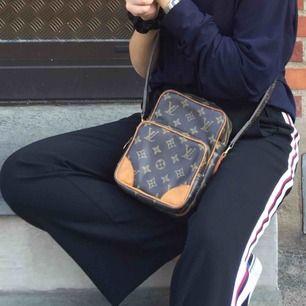 Superfina utsvängda kostymbyxor från Zara i storlek XS! Hänger såå snyggt på skorna och sitter perfekt i midjan! Frakt på 36kr tillkommer :)
