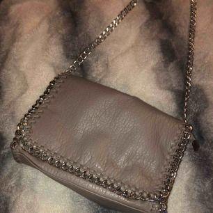 Väldigt trendig väska från scorett, helt oanvänd, säljer pga inte min stil
