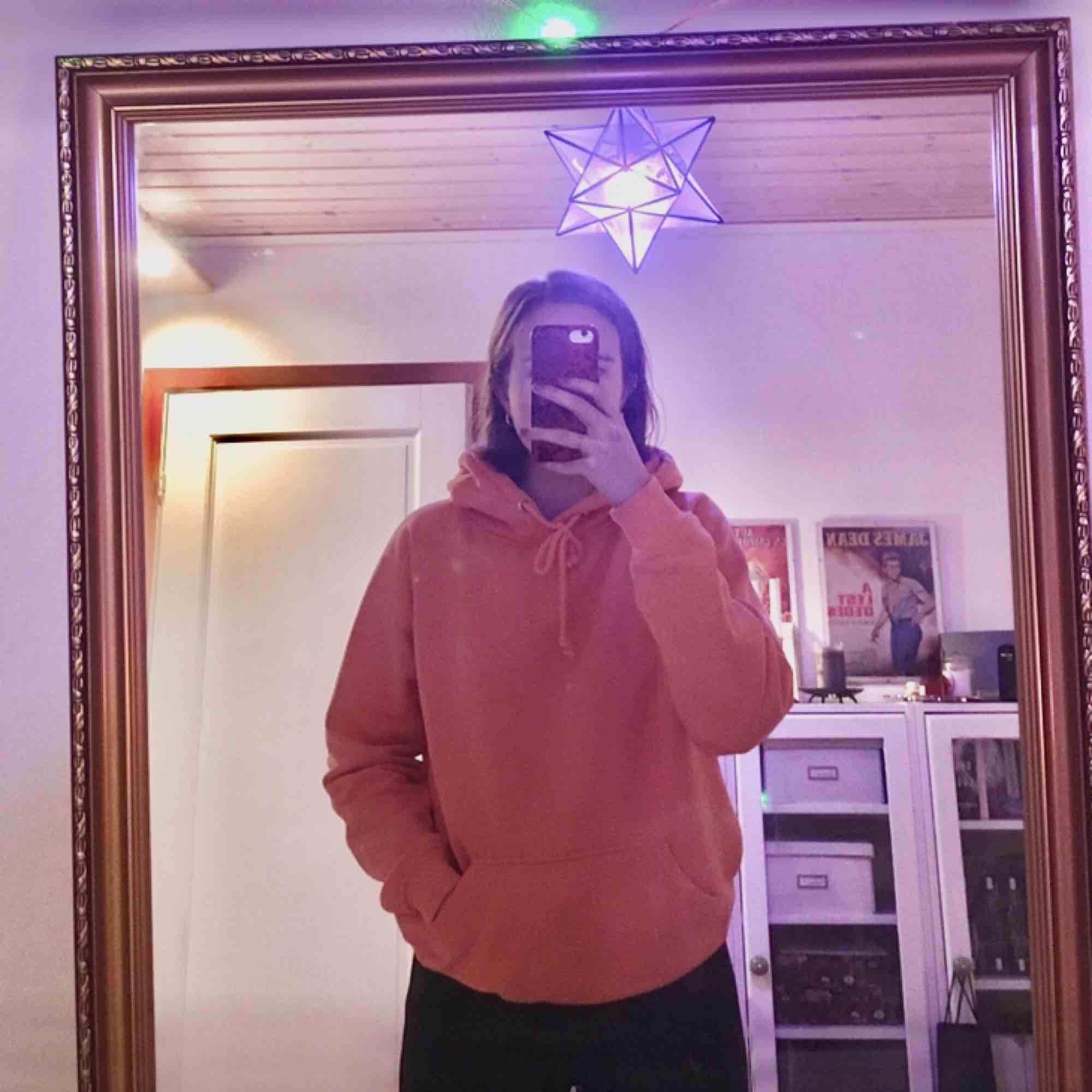 typ skönaste hoodien från BikBok i strl S. 150kr exklusive frakt! 😋. Huvtröjor & Träningströjor.