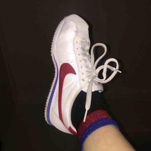 Nike Cortez i jättefint skick i storlek 38.5. Spårbar frakt på 63kr tillkommer :) priset går att diskuteras!